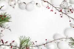 Kerstmis witte houten achtergrond met snuisterij en rode bessen royalty-vrije stock afbeeldingen