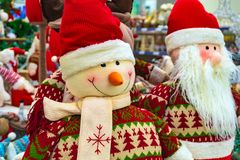 Kerstmis zacht stuk speelgoed, sneeuwman en Santa Claus Santa Claus met een vriend in het winkelwindscherm royalty-vrije stock afbeeldingen