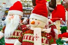 Kerstmis zacht stuk speelgoed, sneeuwman en Santa Claus Santa Claus met een vriend in het winkelwindscherm royalty-vrije stock afbeelding