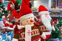 Kerstmis zacht stuk speelgoed, sneeuwman en Santa Claus Santa Claus met een vriend in het winkelwindscherm royalty-vrije stock foto's
