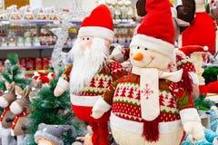 Kerstmis zacht stuk speelgoed, sneeuwman en Santa Claus Santa Claus met een vriend in het winkelwindscherm stock afbeelding