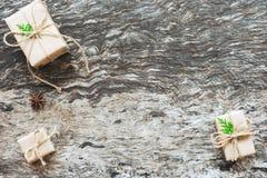 Kerstmisachtergrond, Bruine met de hand gemaakte giftdozen met kabel gebonden k royalty-vrije stock afbeeldingen