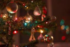 Kerstmisachtergrond in dark van de onduidelijk beeld rode toon Stock Foto