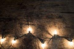 Kerstmisachtergrond - de wijnoogst planked hout met lichten en vrij Royalty-vrije Stock Foto's