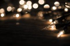 Kerstmisachtergrond - de wijnoogst planked hout met lichten en vrij Stock Fotografie