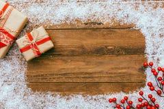 Kerstmisachtergrond - doos van Kerstmis de huidige giften en het verfraaien van elementen op houten achtergrond royalty-vrije stock foto