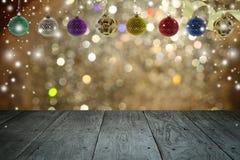 Kerstmisachtergrond en Kerstmisbal met leeg houten dek Stock Foto