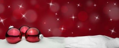 Kerstmisachtergrond - het rood van het Kerstmisornament - Sneeuw Royalty-vrije Stock Fotografie