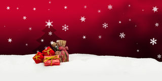 Kerstmisachtergrond - Kerstboom - giften - rood - Sneeuw Stock Foto's