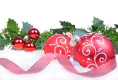 Kerstmisachtergrond met ballen en hulstbladeren en bessen Stock Foto's