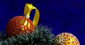 Kerstmisachtergrond met ballen verfraaide glasparels Stock Afbeeldingen