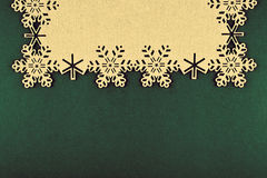 Kerstmisachtergrond met beige sneeuwvlokken en exemplaarruimte op Kerstmis groene achtergrond Royalty-vrije Stock Fotografie