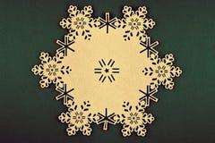 Kerstmisachtergrond met beige sneeuwvlokken en exemplaarruimte op Kerstmis groene achtergrond Royalty-vrije Stock Afbeeldingen