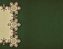Kerstmisachtergrond met beige sneeuwvlokken en exemplaarruimte op Kerstmis groene achtergrond Stock Foto