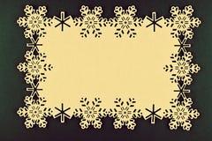 Kerstmisachtergrond met beige sneeuwvlokken en exemplaarruimte op Kerstmis groene achtergrond Royalty-vrije Stock Foto's