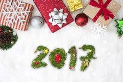 Kerstmisachtergrond met de doos van de decoratiegift en Gelukkig Nieuwjaar Royalty-vrije Stock Afbeeldingen