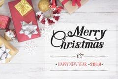 Kerstmisachtergrond met de doos van de decoratiegift met sneeuwvlok Royalty-vrije Stock Foto's
