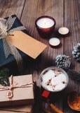 Kerstmisachtergrond met met de hand gemaakte huidige giftdozen en rustieke decoratie Stock Foto's