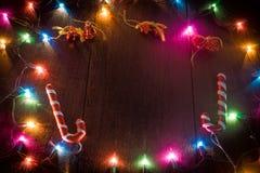 Kerstmisachtergrond met decoratie en giftdozen Stock Afbeelding