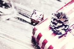 Kerstmisachtergrond met decoratie en giftdozen op houten Royalty-vrije Stock Fotografie
