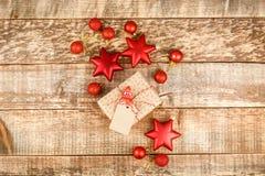 Kerstmisachtergrond met decoratie en giftdozen op houten raad stock foto