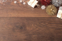 Kerstmisachtergrond met decoratie en giftdozen op houten raad Blauwe sparkly vakantieachtergrond met exemplaarruimte Royalty-vrije Stock Foto