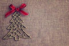 Kerstmisachtergrond met decoratieve boom en rode boog Stock Afbeeldingen