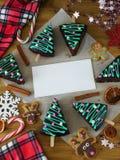 Kerstmisachtergrond met een leeg stuk van document in het midden Stock Foto's