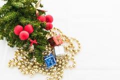 Kerstmisachtergrond met een rood ornament, giftdoos, bessen Stock Afbeelding