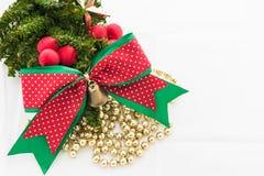 Kerstmisachtergrond met een rood ornament, giftdoos, bessen Royalty-vrije Stock Afbeelding