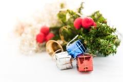 Kerstmisachtergrond met een rood ornament, giftdoos, bessen Stock Fotografie
