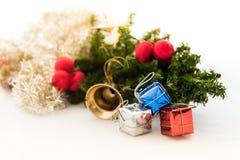 Kerstmisachtergrond met een rood ornament, giftdoos, bessen Stock Foto