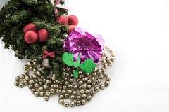 Kerstmisachtergrond met een rood ornament, giftdoos, bessen Stock Afbeeldingen