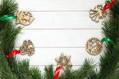 Kerstmisachtergrond met feestelijke decor en pijnboomtak Royalty-vrije Stock Foto's