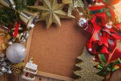 Kerstmisachtergrond met feestelijke decoratie op spatie corkboard Stock Fotografie