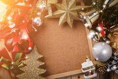 Kerstmisachtergrond met feestelijke decoratie op spatie corkboard Royalty-vrije Stock Afbeeldingen