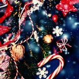 Kerstmisachtergrond met feestelijke decoratie Vlak leg, bovenkant vi Royalty-vrije Stock Afbeelding