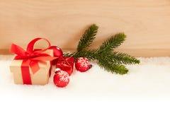 Kerstmisachtergrond met gift en decoratie stock afbeeldingen