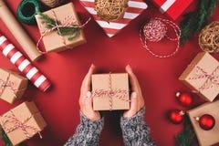 Kerstmisachtergrond met giften en decoratie stock foto