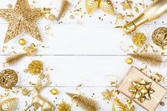 Kerstmisachtergrond met gouden gift of huidige doos, champagne en vakantiedecoratie hoogste mening De kaart van de groet Vlak leg stock afbeeldingen