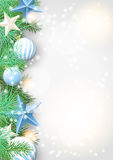 Kerstmisachtergrond met groene takken en blauwe ornamenten Stock Afbeelding