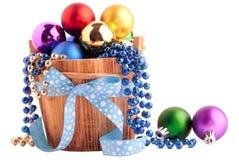 Kerstmisachtergrond met houten emmer en kleurenballen Stock Afbeeldingen