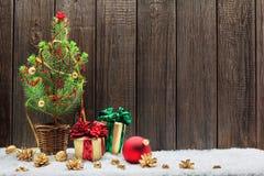 Kerstmisachtergrond met jonge Kerstboom Stock Afbeelding