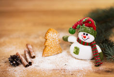 Kerstmisachtergrond met Kerstboom en sneeuwman Stock Foto's