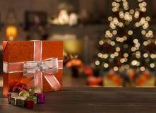 Kerstmisachtergrond met Kerstboom op houten lijst Stock Foto