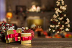Kerstmisachtergrond met Kerstboom op houten lijst Royalty-vrije Stock Afbeeldingen