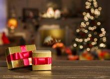 Kerstmisachtergrond met Kerstboom op houten lijst Stock Afbeeldingen