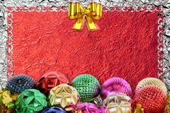 Kerstmisachtergrond met Kerstmisbal en patroon Stock Foto