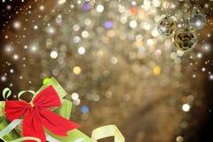 Kerstmisachtergrond met Kerstmisbal en sneeuw Royalty-vrije Stock Foto