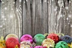 Kerstmisachtergrond met Kerstmisbal en sneeuw Royalty-vrije Stock Afbeelding